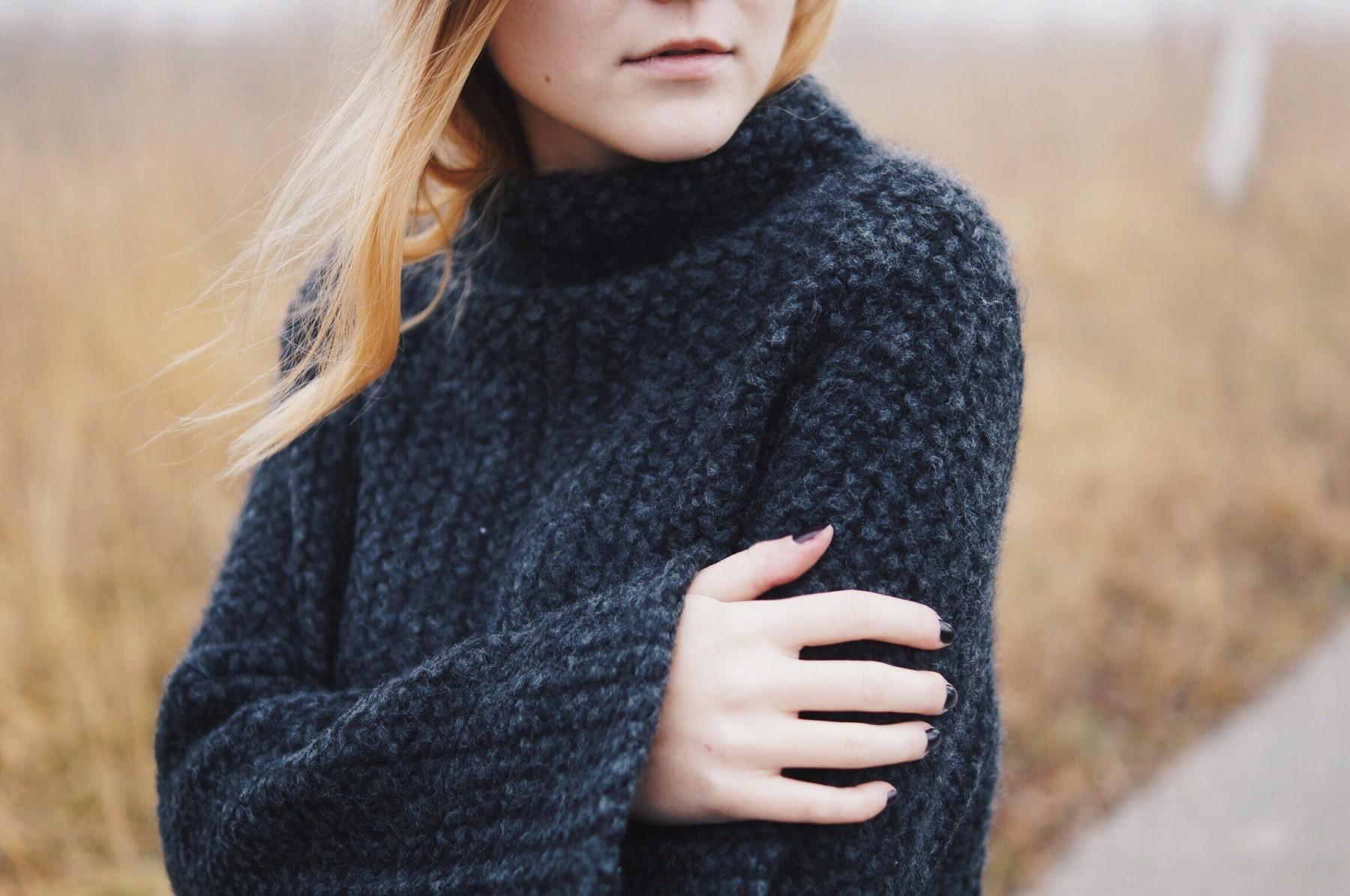 grey_turtleneck_flared_sleeves5